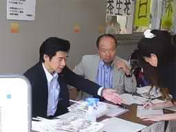 受付の坂元会長と宮本事業部長も大忙し