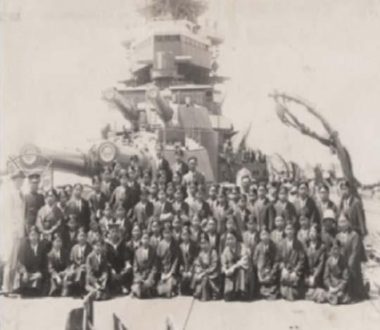 戦艦の前で集合写真