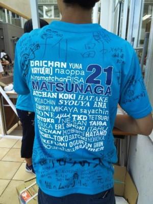 お隣の売り場は現役生。クラスTシャツはクラスメートのメッセージが。